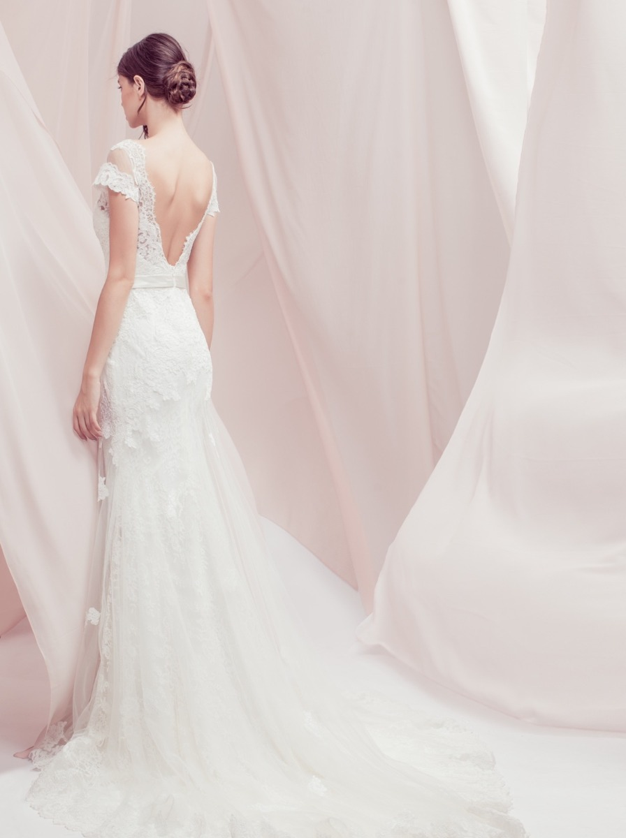 Open V-back with scalloped lace edge.