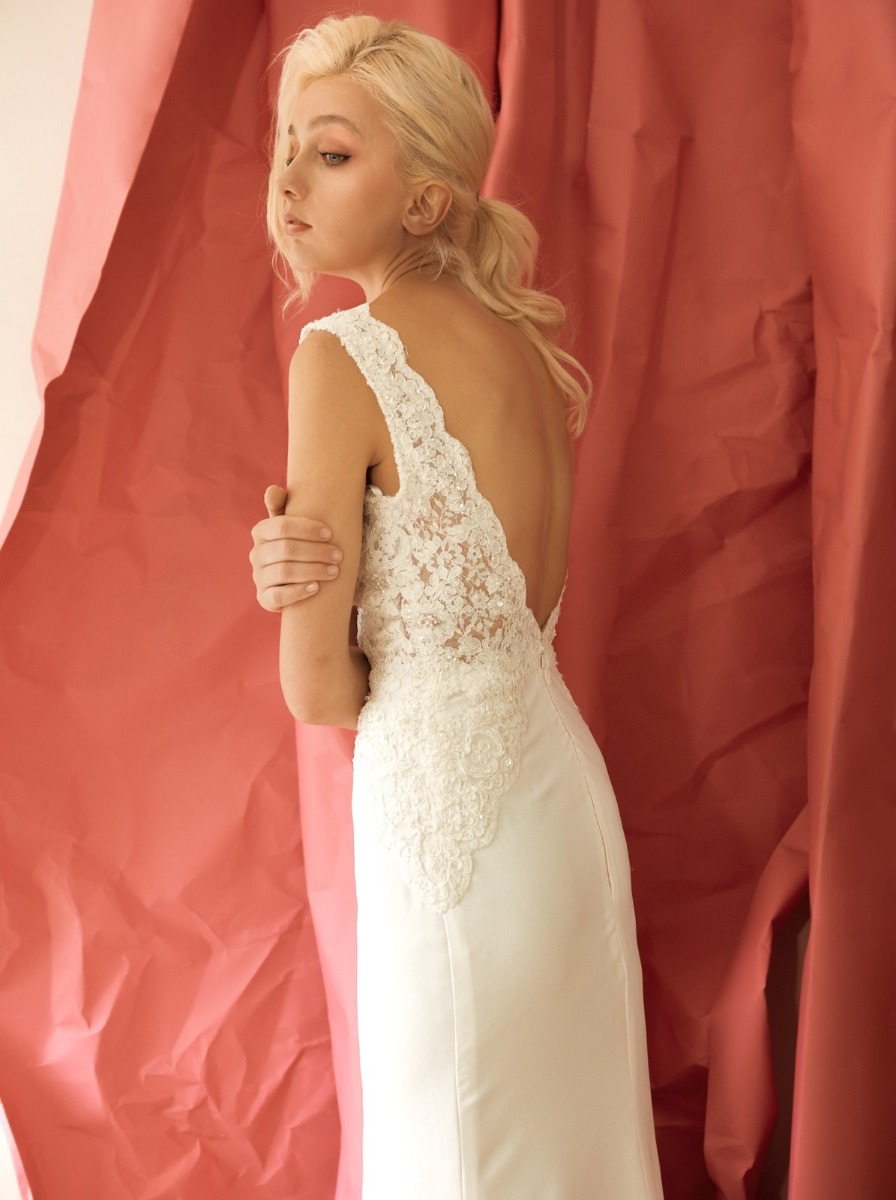 Plunging V-back with scalloped lace edge.